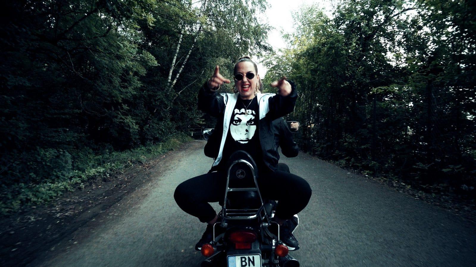 Lou Lettow auf dem Motorrad vom Videodreh jaja in Siegen