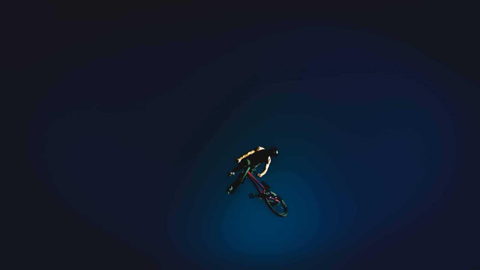 ein biker in der luft