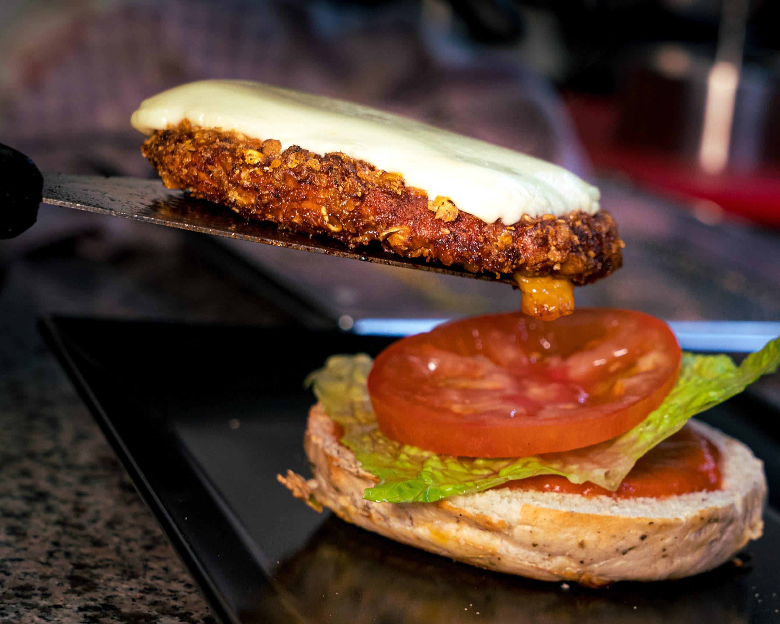 Ersteklasse Burger, hilchenbach, ein burger wird angerichtet