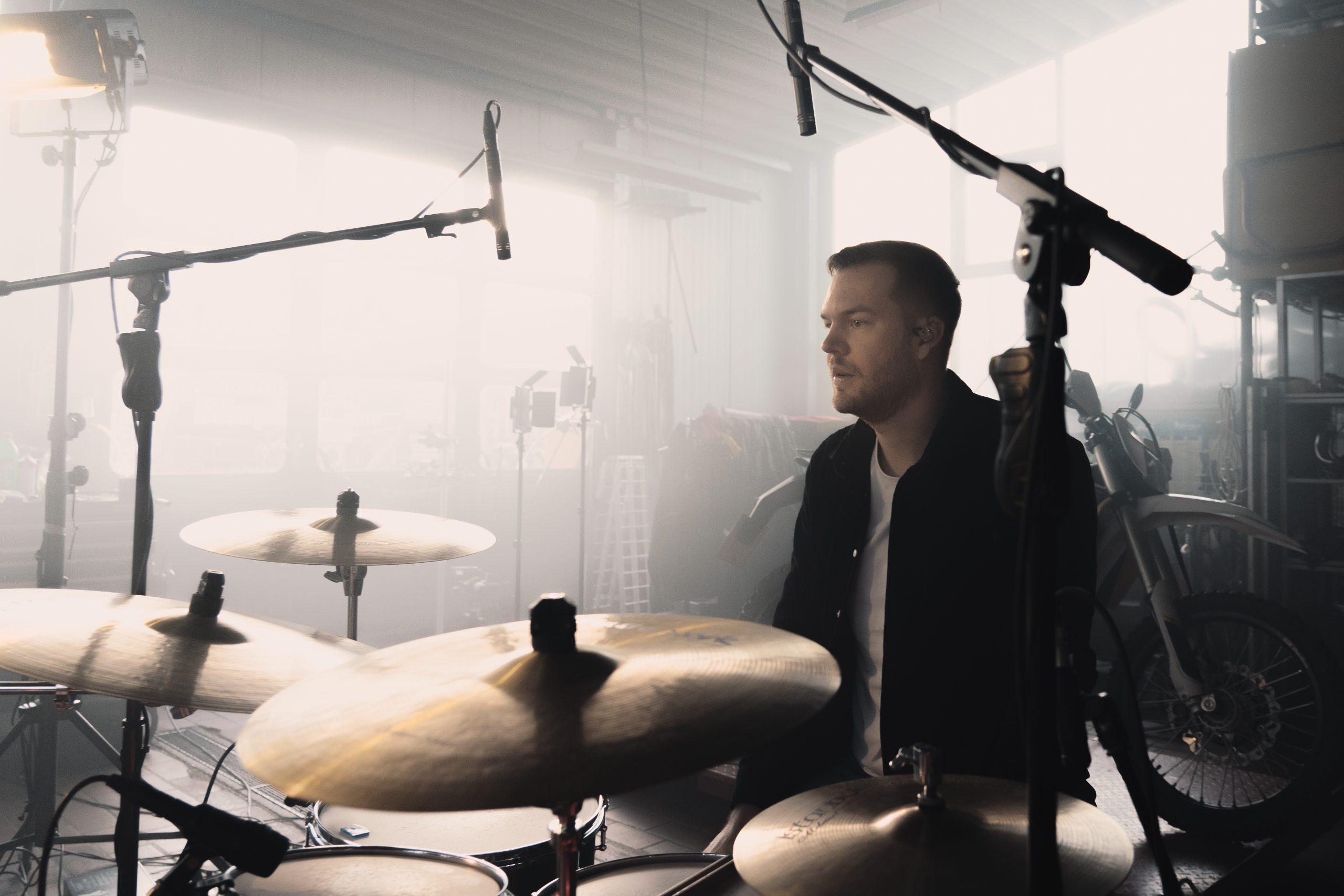 phil Kämpflein spielt Schlagzeug im Westerwald, Portaitfotograf im Westerwald,